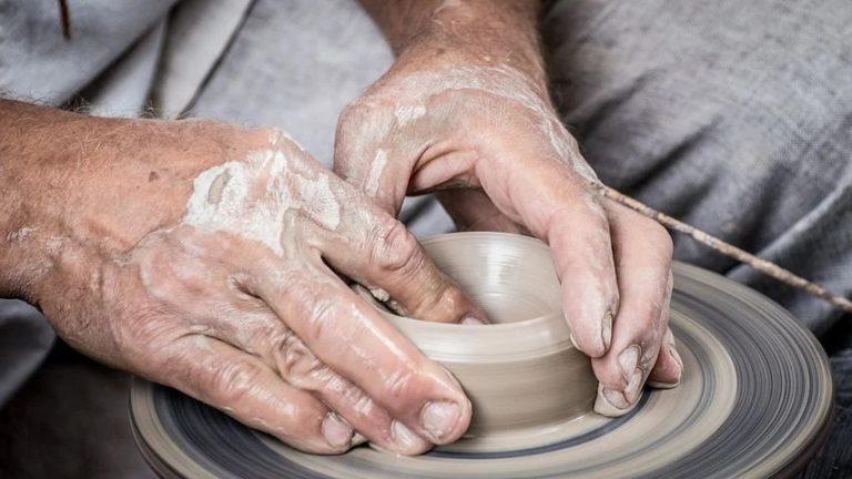 Una influencer de 71 años para apoyar a los pacientes de párkinson