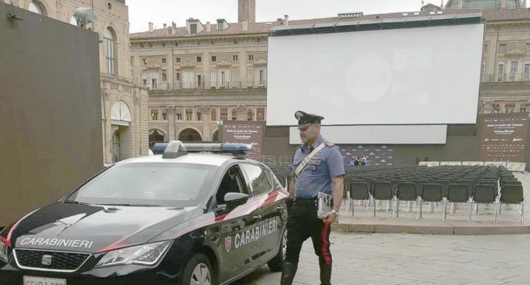 Multado un joven por proyectar una película porno en una pantalla gigante de la plaza de un pueblo italiano