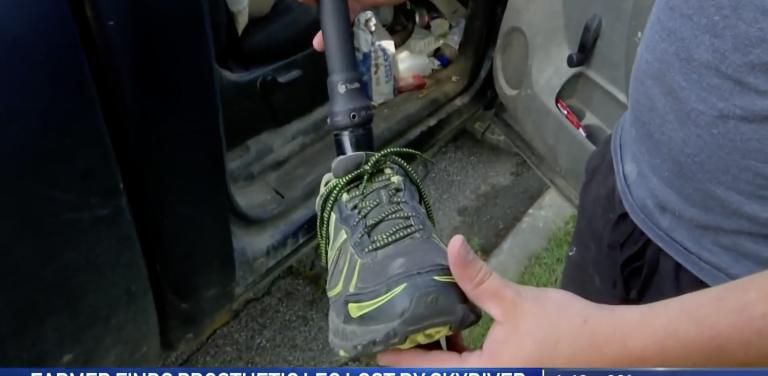 Un granjero encuentra la pierna ortopédica de un paracaidista