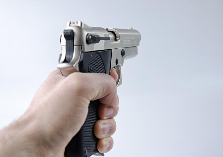 Un hombre dispara una pistola en la recepción de un hotel para exigir la distancia social