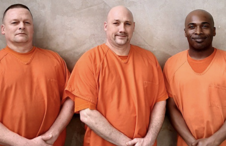 Un grupo de presos salva la vida de un funcionario
