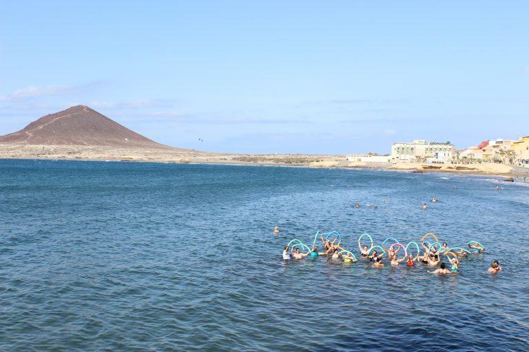 El programa de fisioterapia en el mar beneficia a una veintena de personas con fibromialgia y cáncer de mama