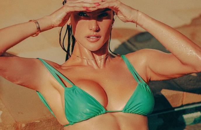 Los veraniegos topless de Alessandra Ambrosio que han calentado las redes sociales