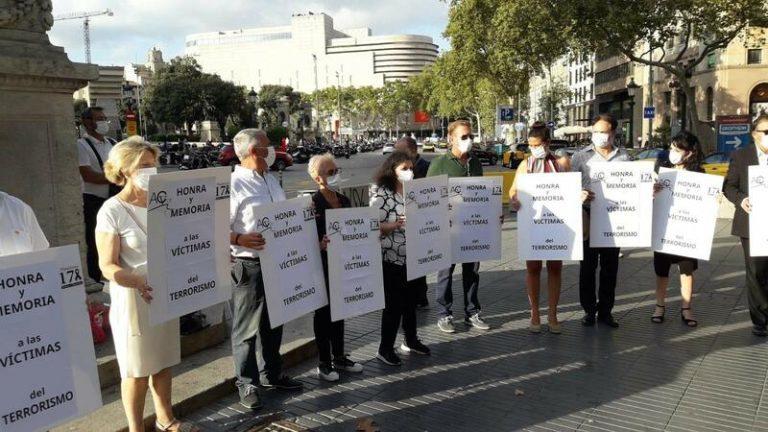 Acvot y Plataforma 17A rinden homenaje a las víctimas del terrorismo en Barcelona