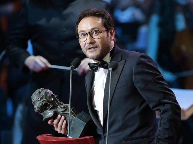el actor recogiendo un premio