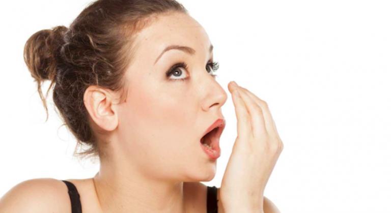 Si cuando abres la boca todos se desmayan, deberías conocer las causas del mal aliento