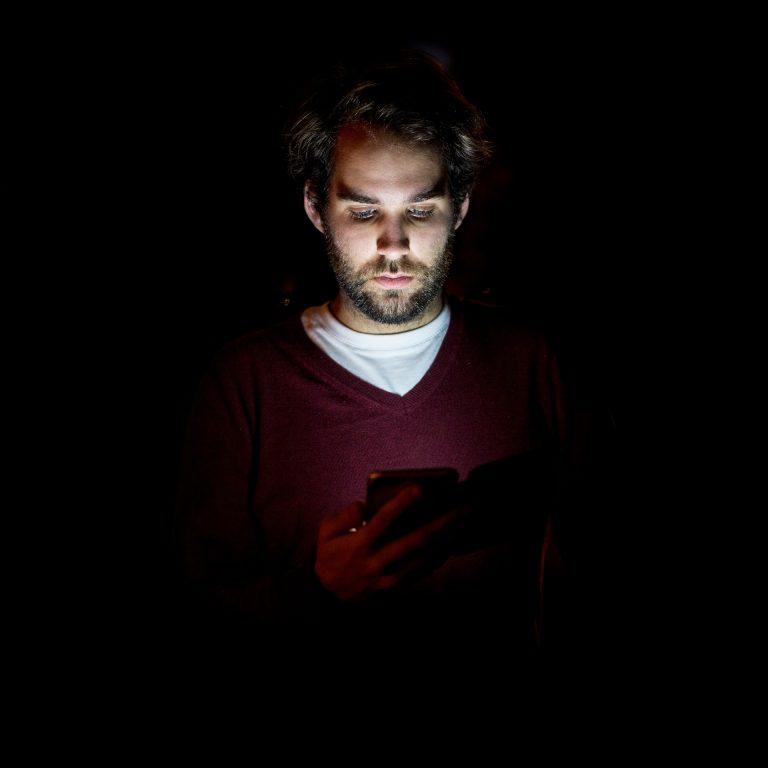 Si eres hombre, piénsate dos veces si mirar tu móvil por la noche