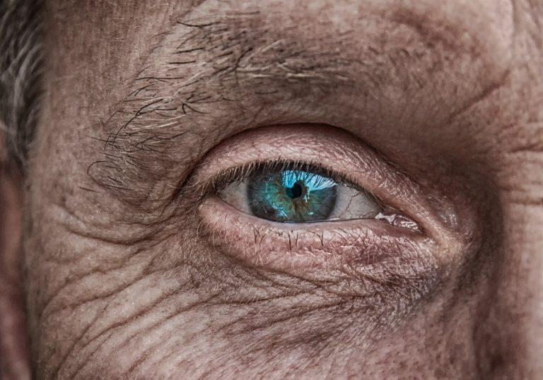 Razones por las que te tiembla el ojo (y no es solo por estrés)