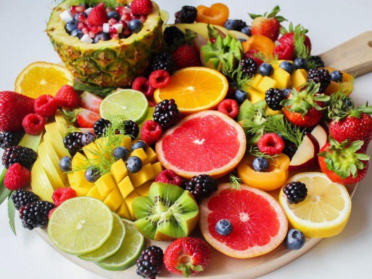 Frutas que debes incluir en tu dieta para pegar donde más duele a los kilos de más