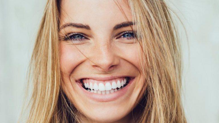 Estudio revela que el acto de sonreír engaña a la mente para que sea más positiva
