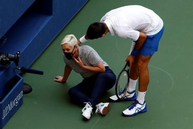 Djokovic, descalificado del US Open tras dar un pelotazo a una juez de línea