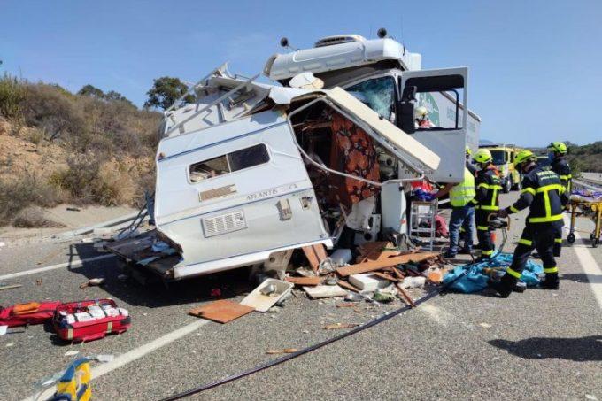 Dos fallecidos en colisión frontal entre un camión y una caravana en Los Barrios