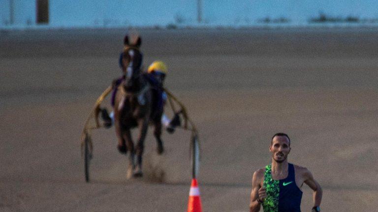 Toni Abadía gana el desafío 'Atleta vs Caballo' en el hipódromo de Mallorca