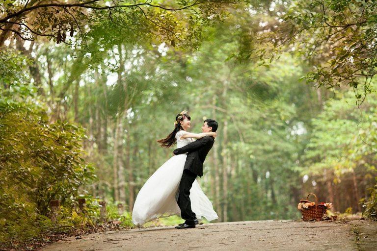 La invitación de boda con requisitos y exención de culpa por el coronavirus que da yuyu