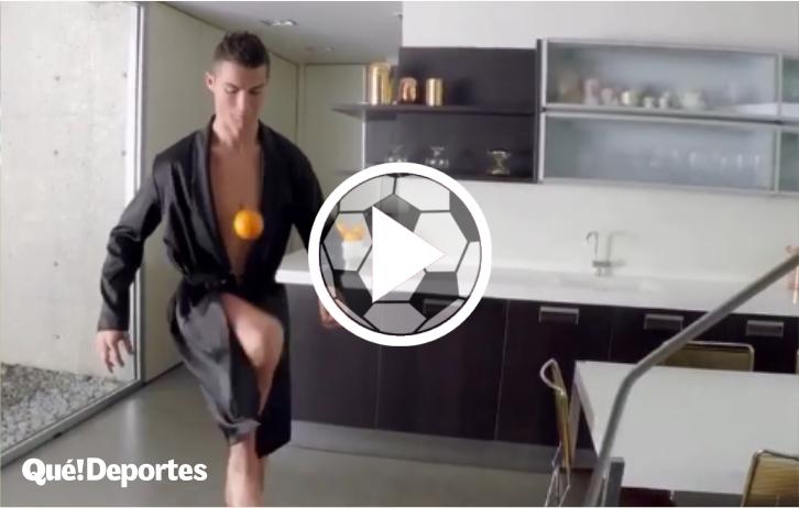 Cristiano Ronaldo demostrando su habilidad ¡Con una naranja!