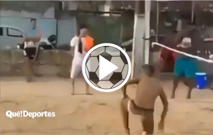 Bestial punto de fútbol-vóley tenis elevando los pies a más de 2.5 metros de altura