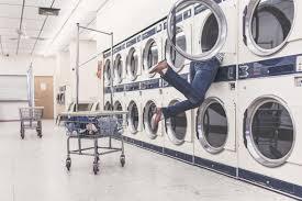 Trucos de la OCU para que tu lavadora se gradúe a los 20 años