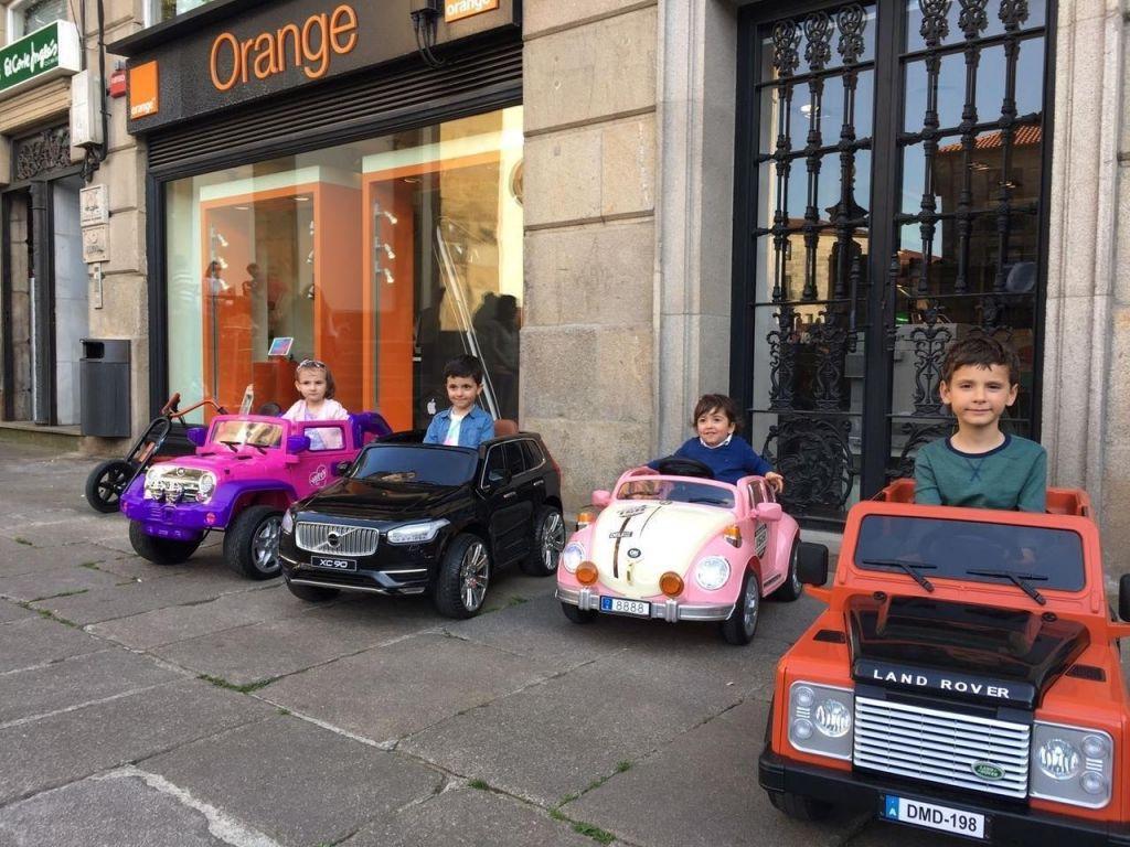 niños en coches electricos