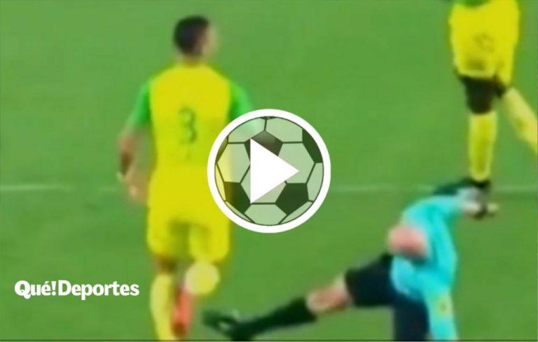 El árbitro tira una patada desde el suelo y encima lo expulsa