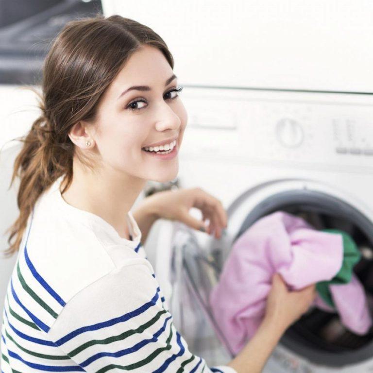 Cómo quitar las manchas de sudor (y el olor) de la ropa