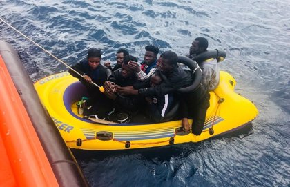 Trasladan a Arrecife (Lanzarote) una patera con 53 migrantes