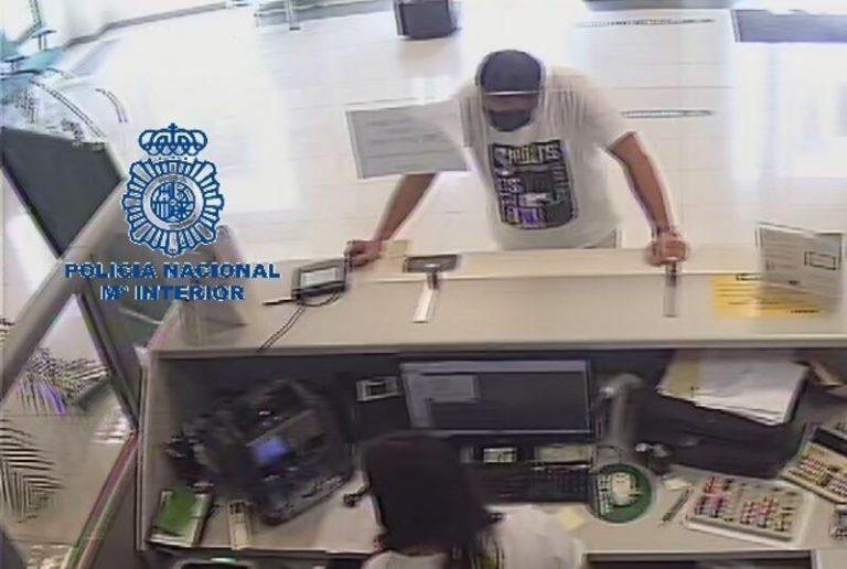 Aprovechó la mascarilla para hacerse pasar por su padre y sacar 8.000 euros del banco