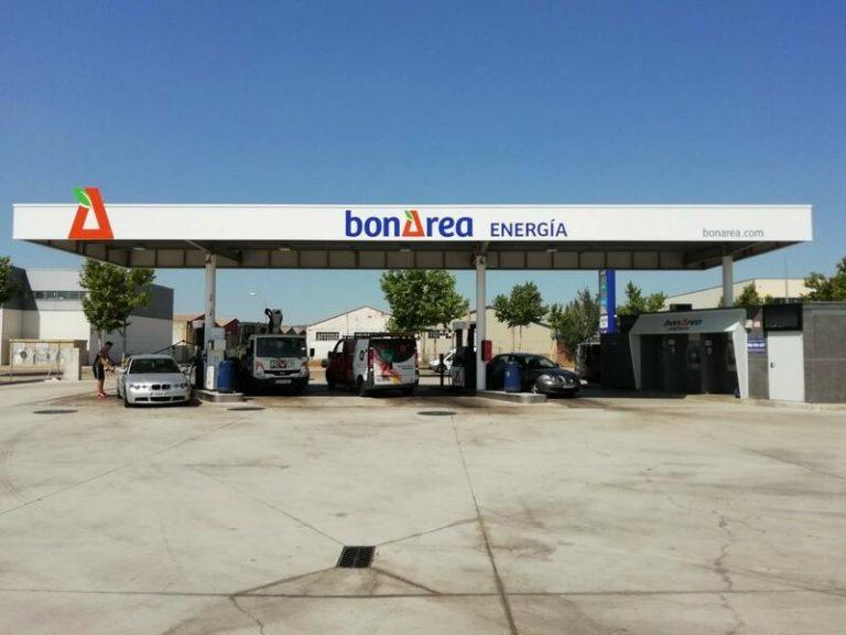 Llenar el depósito en gasolineras de supermercados o 'low cost' es al menos un 10% más barato