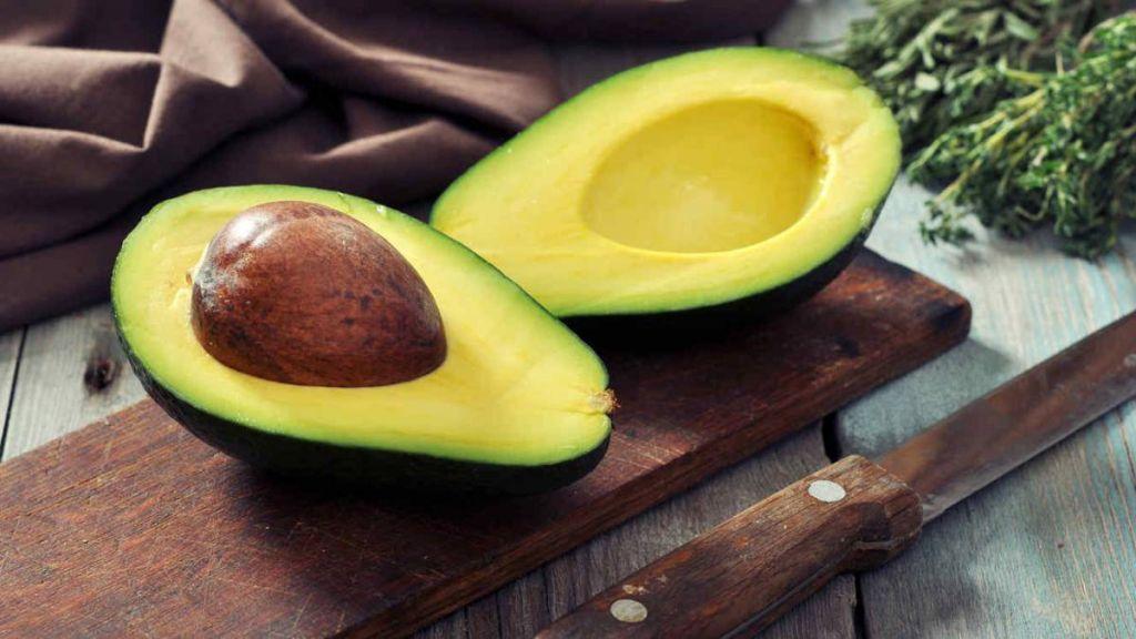 El batido de aguacate que te vamos a ofrecer es una fuente de grasas saludables muy adecuada para ayudarnos a bajar de peso