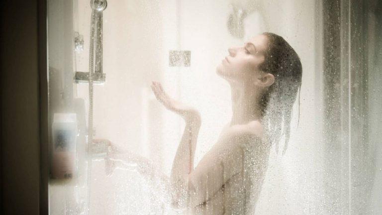 Esto es lo que dice la ciencia sobre la ducha por la mañana o por la noche
