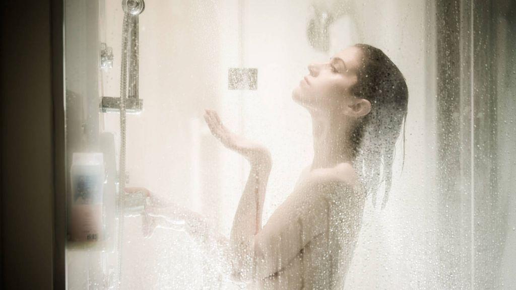 Esto es lo que dice la ciencia sobre ducharse por la mañana o por la noche