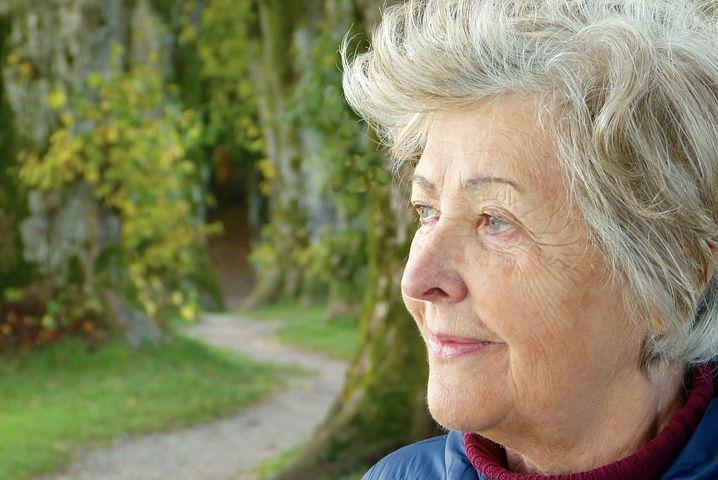 El doble confinamiento de las personas mayores de 65 años con perdidas de audición