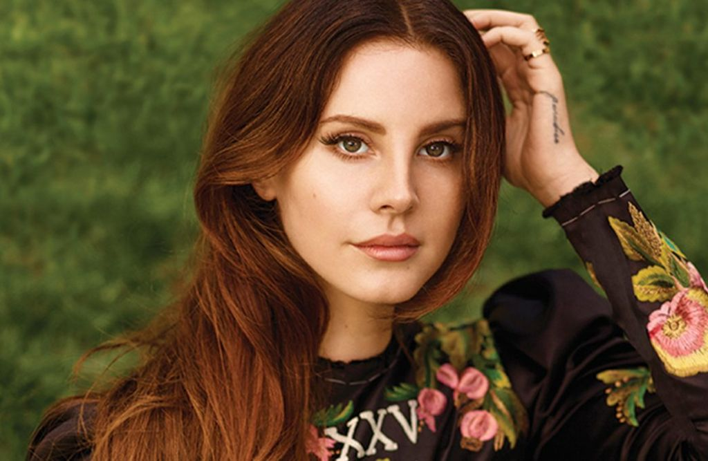 Lana Del Rey «Violet doblada hacia atrás sobre la hierba»
