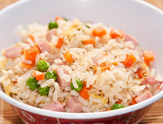 Cómo hacer un arroz tres delicias en 15 minutos al microondas