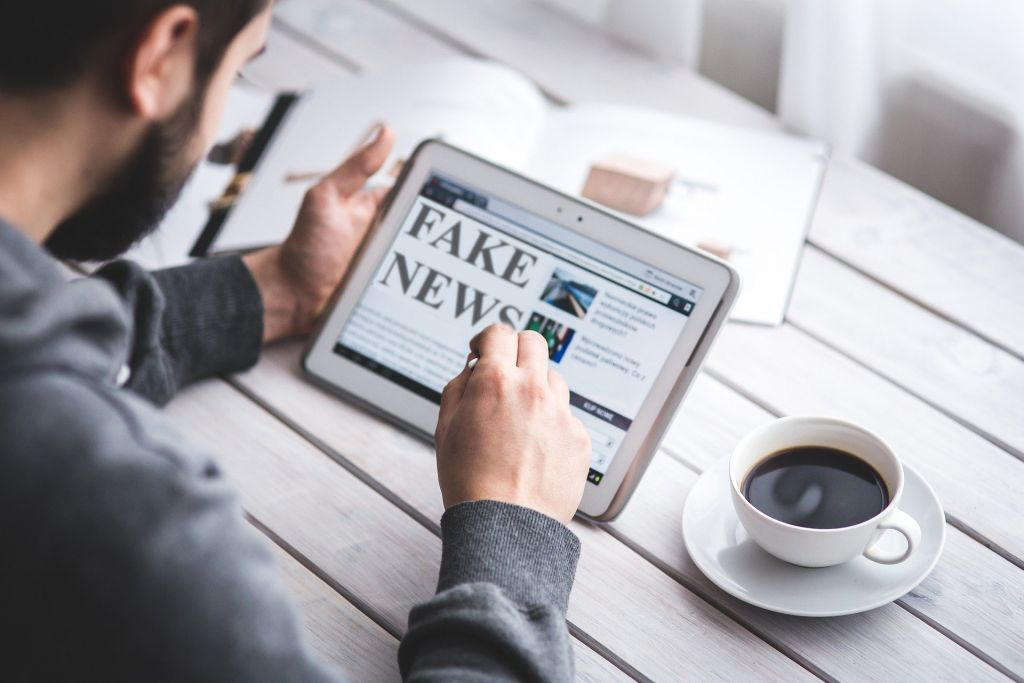 Cómo distinguir las noticias reales de las noticias falsas