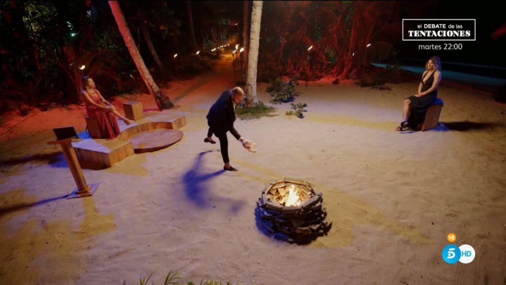 Pablo tirando a Rosito al fuego en 'La isla de las tentaciones 2' (2020)
