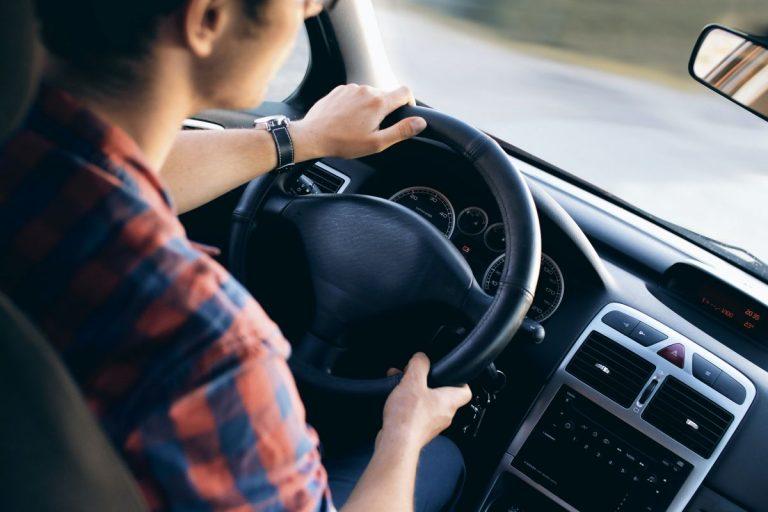 DGT: las cuantiosas multas que te pueden caer por tener el coche sucio y otras prácticas