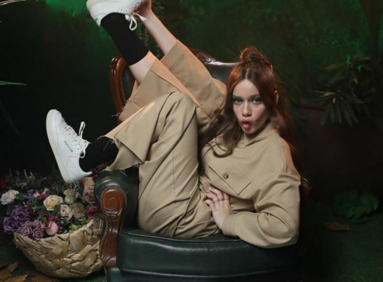 'El mundo entero' de Eva B con Revlon