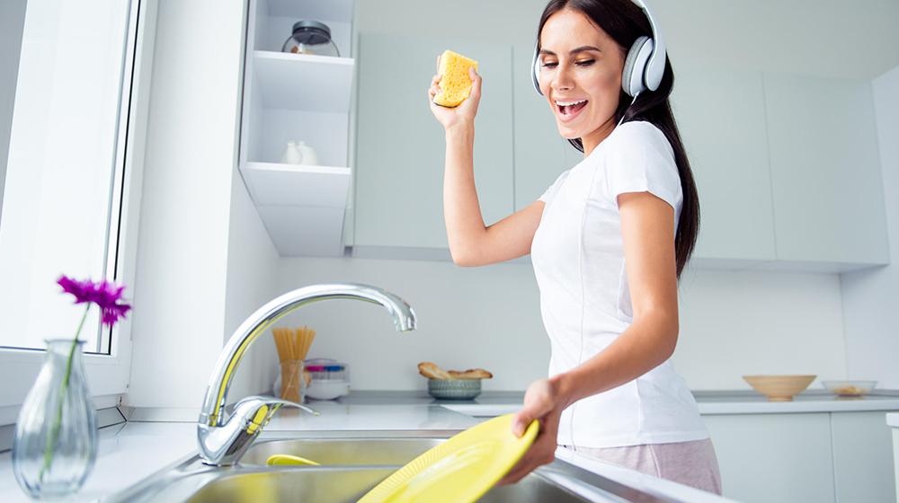 En la cotidianidad de todos: Limpieza de los vasos y platos con el papel de cocina