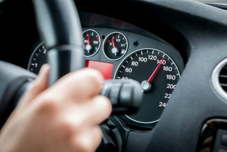 Por qué tu coche no puede ir a más de 240 km por hora (según el velocímetro)
