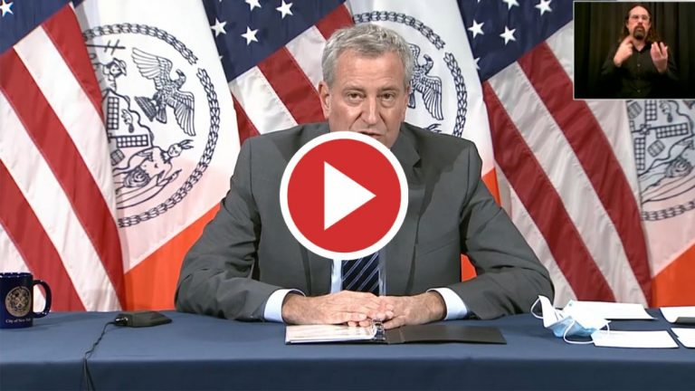 Nueva York cerrará escuelas públicas por aumento de casos de COVID-19