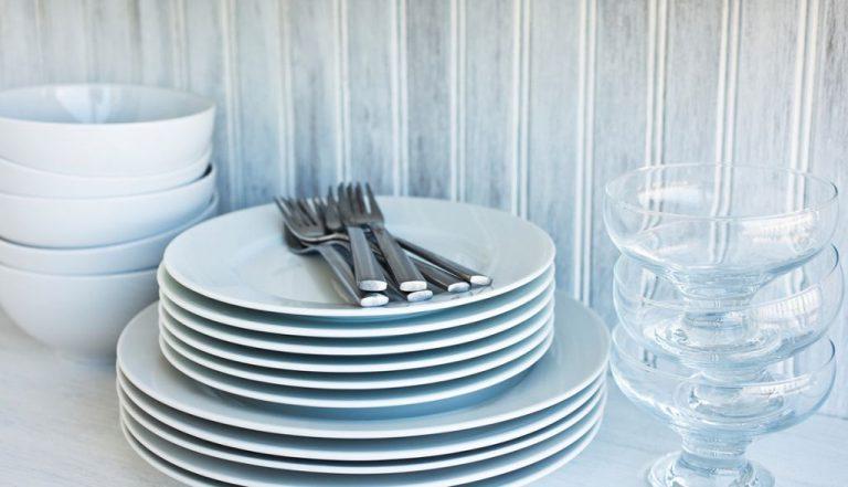 Por qué no deberías limpiar los vasos y platos con papel de cocina