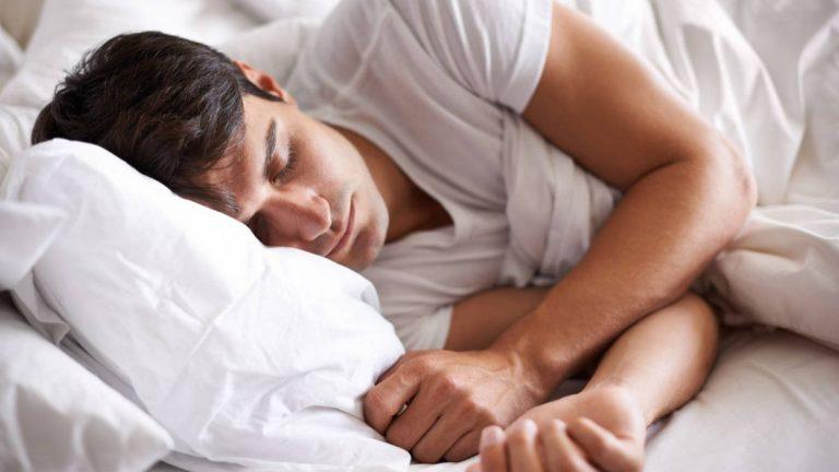 Por qué no debes dormir con el móvil debajo de la almohada