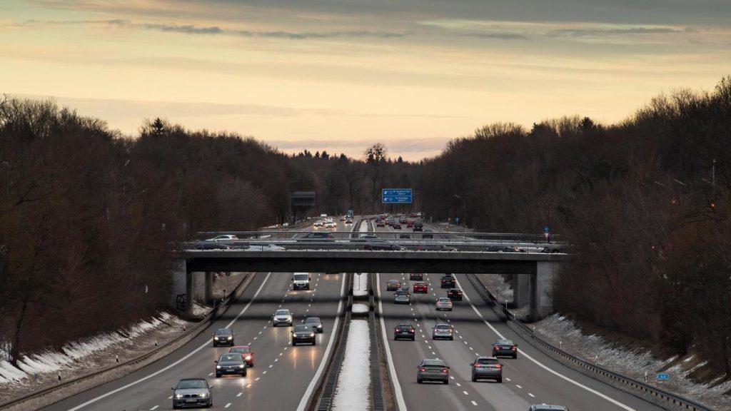 La razón por la que el velocímetro de un coche llega a 240 km