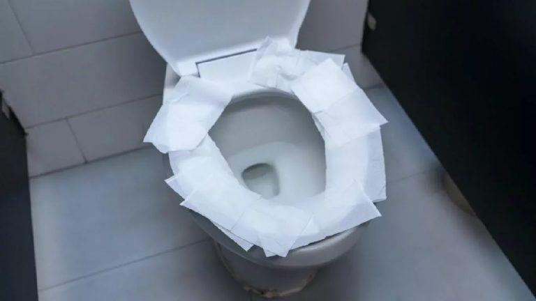 Por qué no deberías cubrir la taza del baño público con papel higiénico