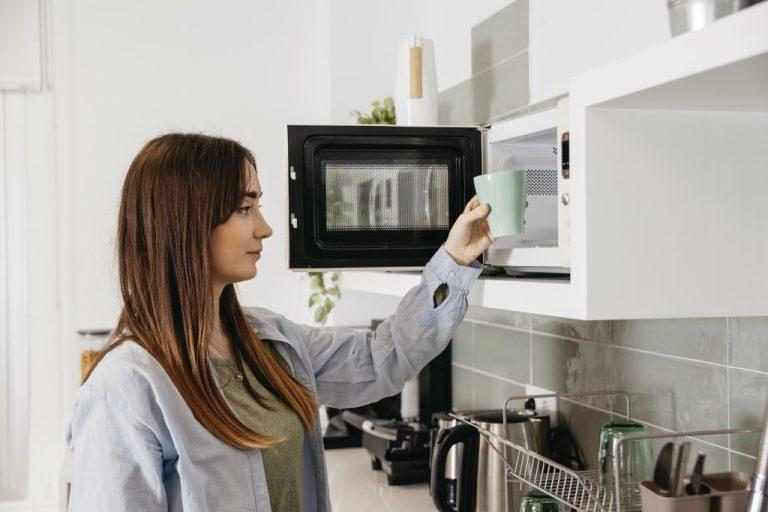 Todo un peligro: alimentos que no deberías meter en el microondas según la OCU