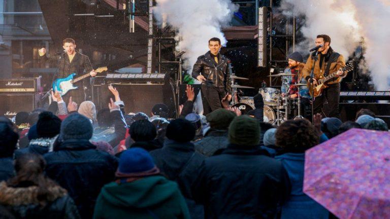 Así es la aparición de los Jonas Brothers en Dash & Lily