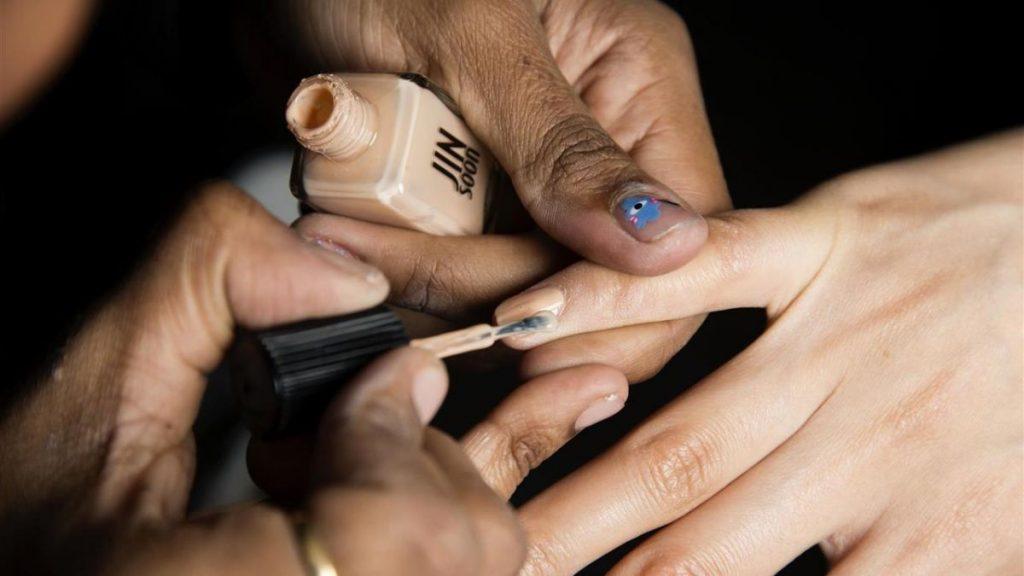 El infalible truco del esmalte de uñas que frenará tus carreras.
