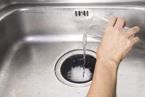 Los peligros de los artículos de limpieza tóxicos del fregadero