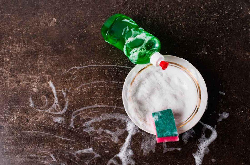 El agua caliente con jabón líquido