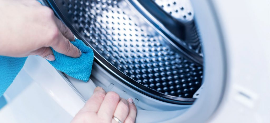 Limpiar la lavadora por olor a humedad en ropa